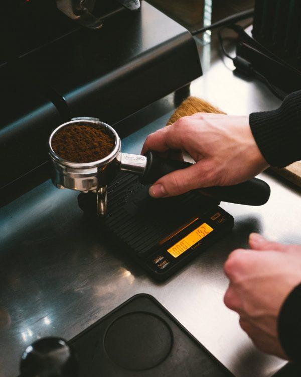 man pakt piston voor brewista scale 2